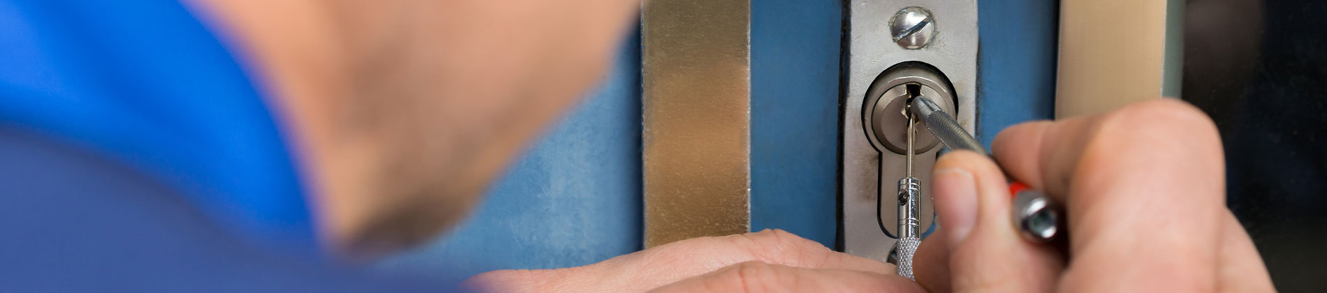 Locksmith gains entry by lock picking